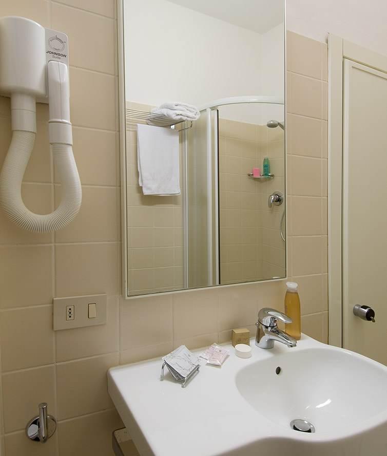 Camere con box doccia fotografie camere hotel camere comunicanti hotel nives riccione - Bagno barriere architettoniche ...